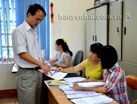Cán bộ Chi cục Thống kê huyện Yên Bình nghiệm thu phiếu điều tra của các xã chuyển đến.